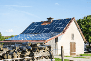 using solar panels to power a homestead cabin, off grid cabin with solar panels on roof